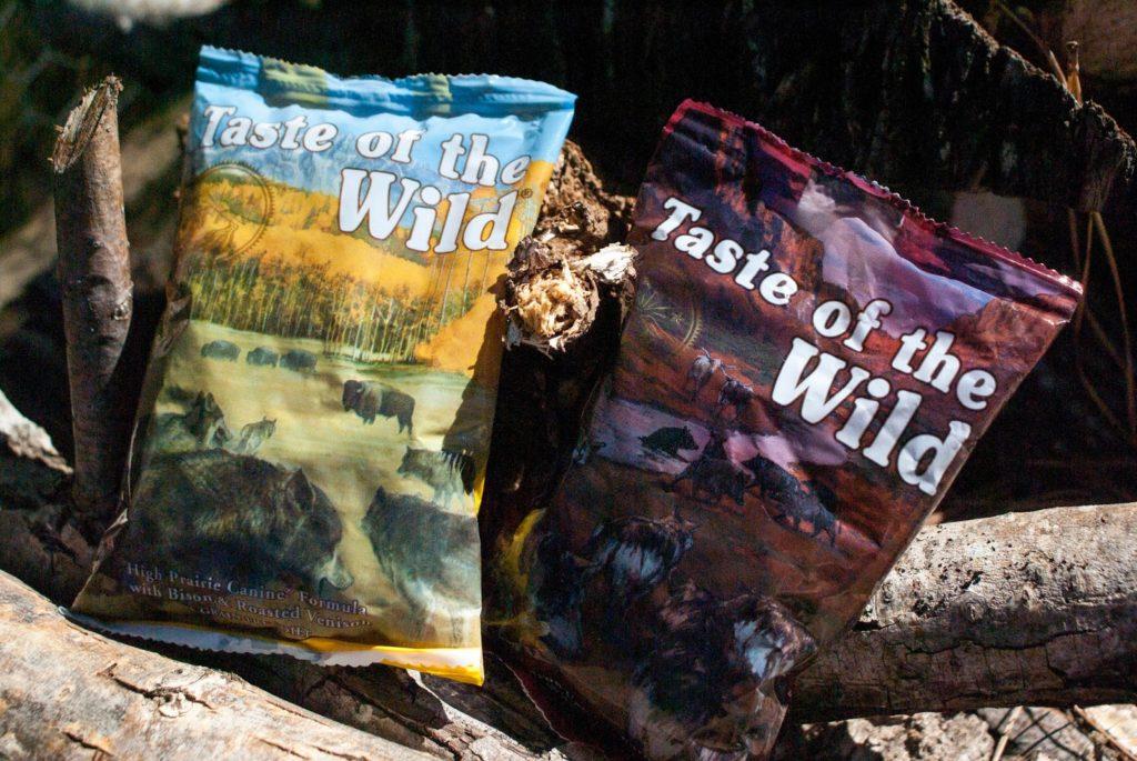 Doi saci de hrană uscată pentru câini oferită de Taste of the Wild
